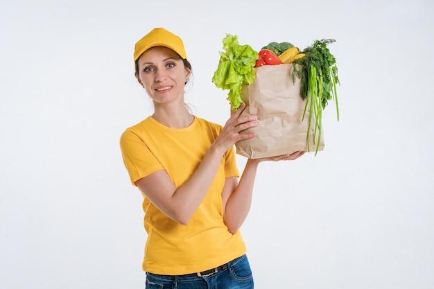 Kobieta pracownik dostawy żywności z pakietem żywności