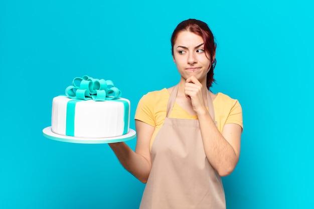 Kobieta pracownik piekarni tty z tortem urodzinowym