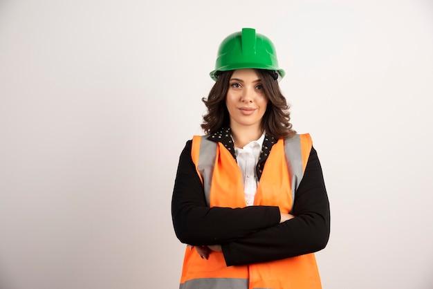 Kobieta pracownik przemysłowy pozuje na białym