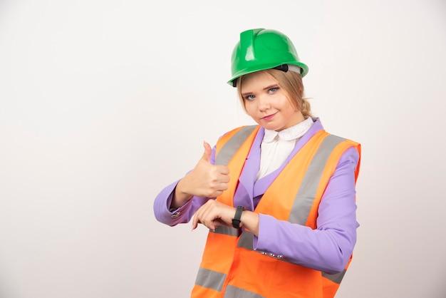 Kobieta pracownik przemysłowy stojący na białym tle.