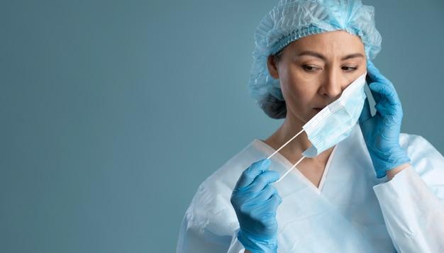 Kobieta pracownik służby zdrowia z miejsca na kopię