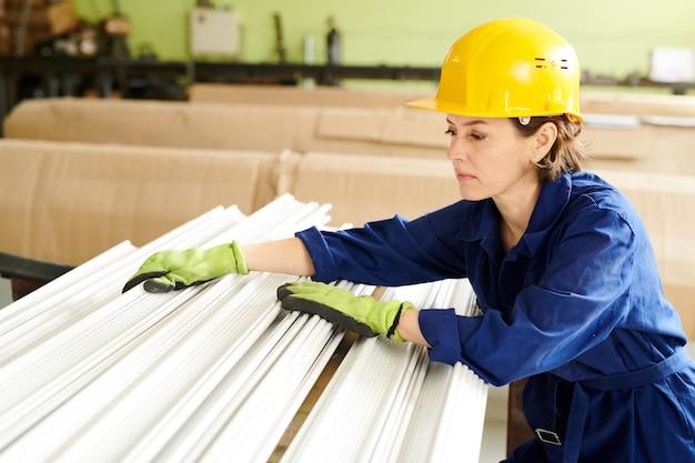 Kobieta pracownik sortowania materiału