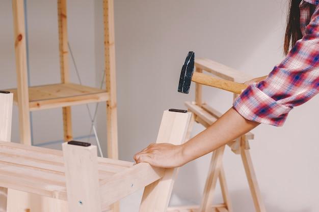 Kobieta pracownik w cieśli pracowni.