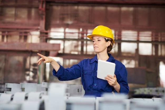 Kobieta pracownik zarządzający produkcją