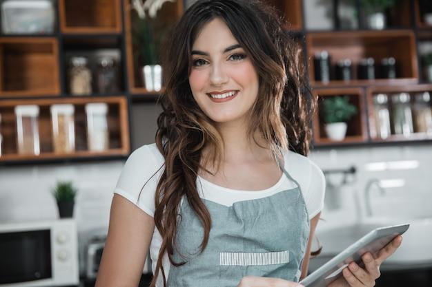Kobieta pracownika cukierniana pozycja w jej sklep z kawą