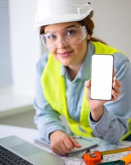 Kobieta pracująca jako inżynier