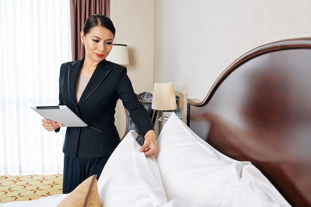 Kobieta pracująca jako kierownik hotelu
