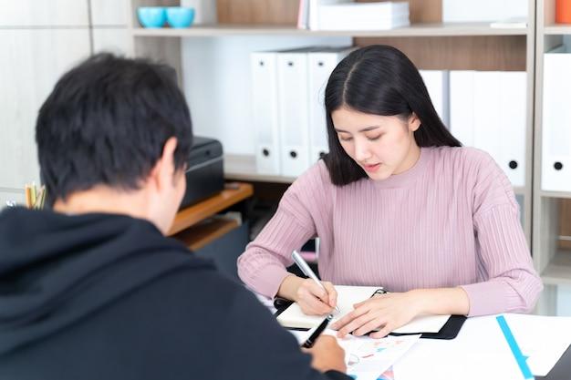 Kobieta pracująca ma spotkanie z młodym mężczyzną w biurze