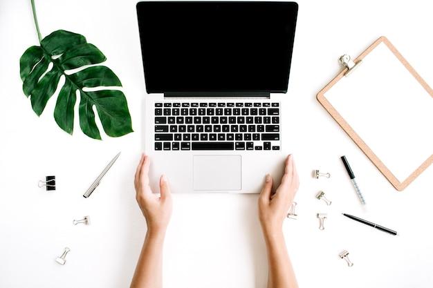 Kobieta pracująca na laptopie obszaru roboczego