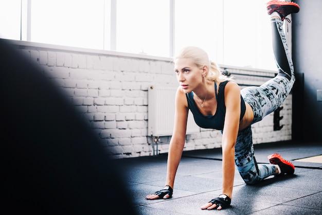 Kobieta pracująca na siłowni podłogi