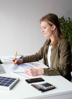 Kobieta pracująca przy projektach środowiskowych