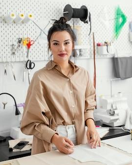 Kobieta pracująca sama w swoim warsztacie