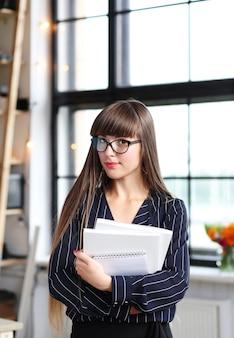 Kobieta pracująca w biurze