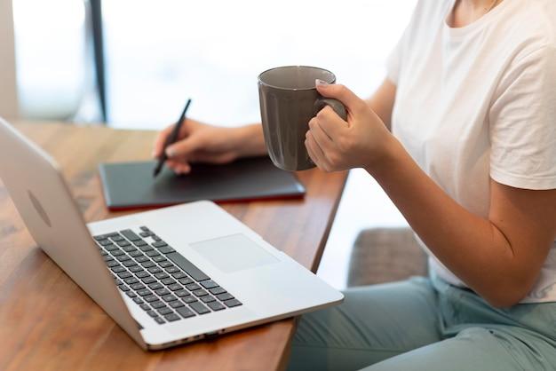Kobieta pracująca w domu dla zachowania dystansu społecznego