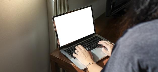 Kobieta pracująca w domu na łóżku e uczy się izolacji domowej, automatycznej kwarantanny kobieta pracująca na laptopie siedząc w salonie