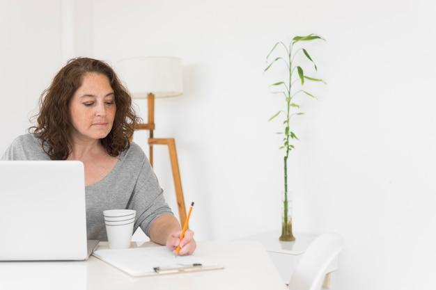 Kobieta pracująca w domu