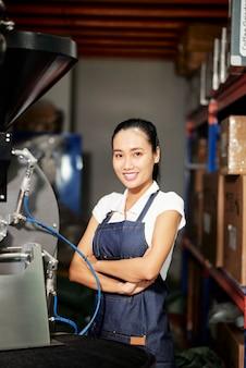 Kobieta pracująca w fabryce