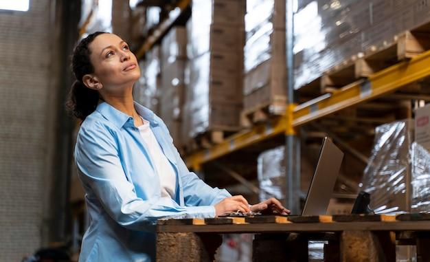 Kobieta pracująca w magazynie