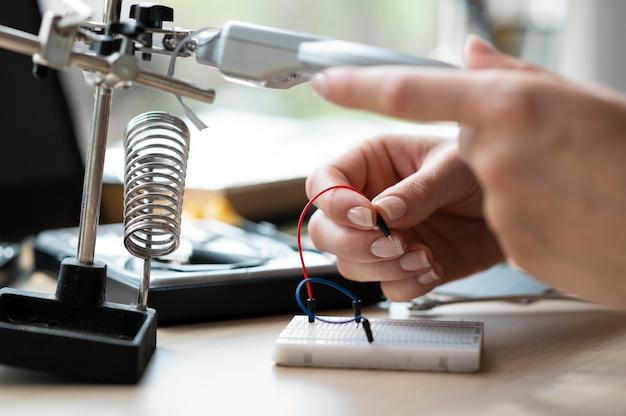 Kobieta pracująca w swoim warsztacie nad twórczym wynalazkiem