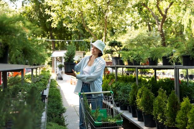 Kobieta pracująca w swojej ekologicznej szklarni