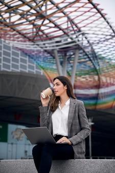 Kobieta pracująca z laptopem średni strzał