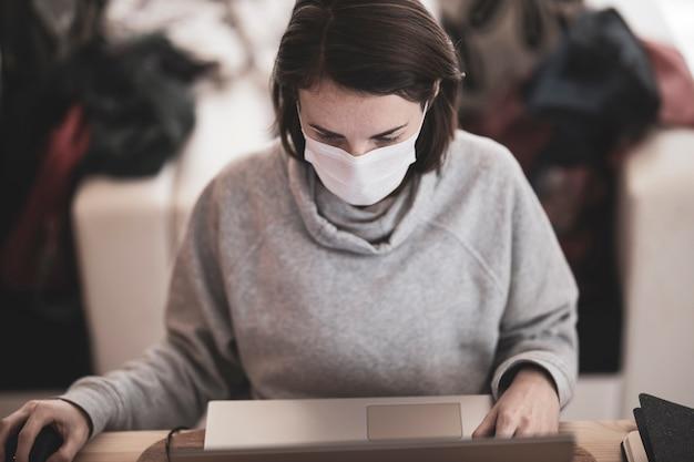 Kobieta pracująca ze swojego domu podczas wybuchu koronawirusa