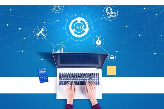 Kobieta pracujący komputer z ikoną iso