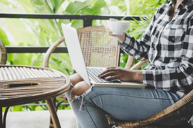 Kobieta pracuje na jej laptopie na tarasie