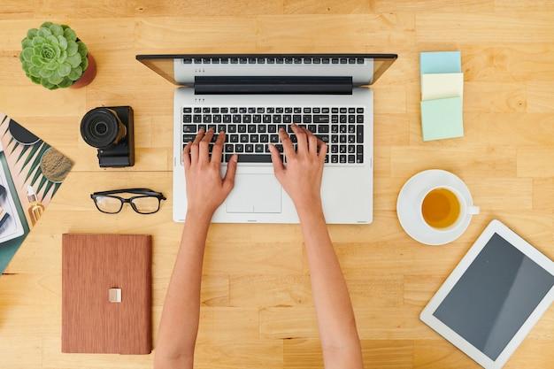Kobieta pracuje na laptopie w biurze