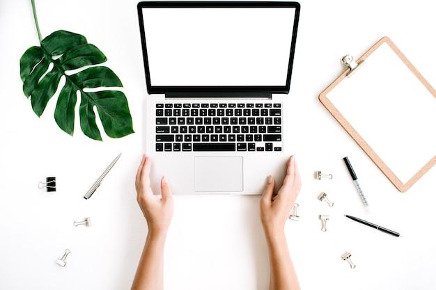 Kobieta pracuje na laptopie z pustym ekranem obszaru roboczego