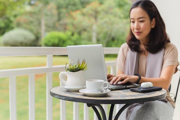 Kobieta pracuje na laptopie.