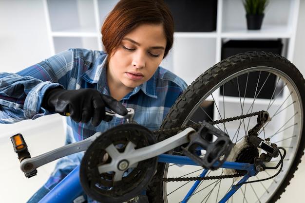 Kobieta pracuje na rowerze