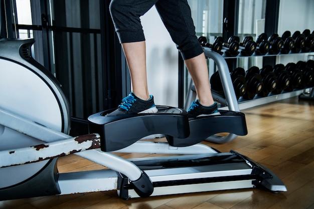Kobieta pracuje na siłowni
