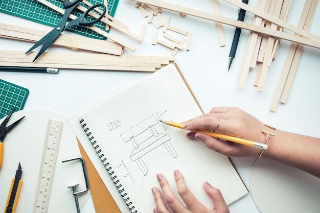 Kobieta pracuje na stole roboczym z materiału z drewna balsy