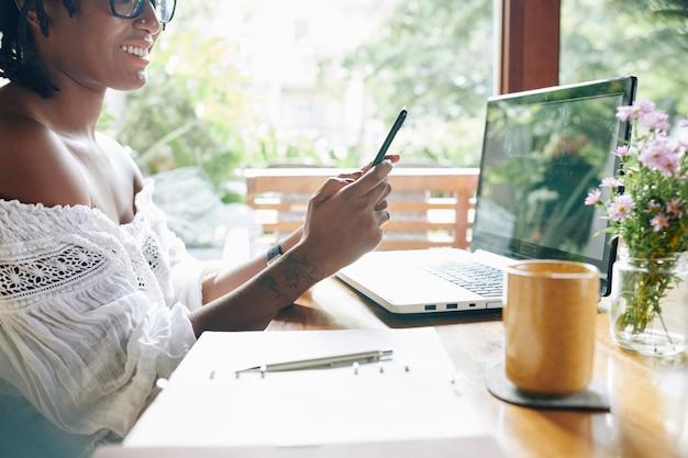 Kobieta pracuje na telefonie