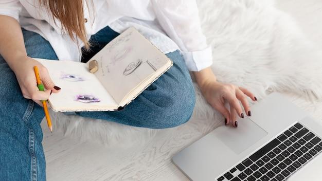 Kobieta pracuje nad nowym vlogiem w domu