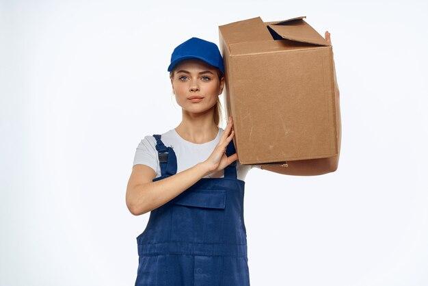 Kobieta pracuje pole formularza z usługą załadunku dostawy narzędzi