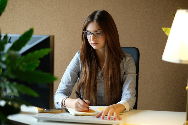 Kobieta pracuje w biurze