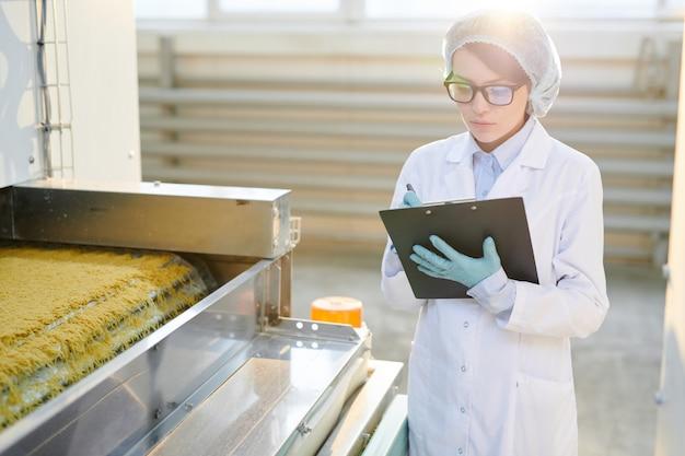 Kobieta pracuje w fabryce w świetle słonecznym