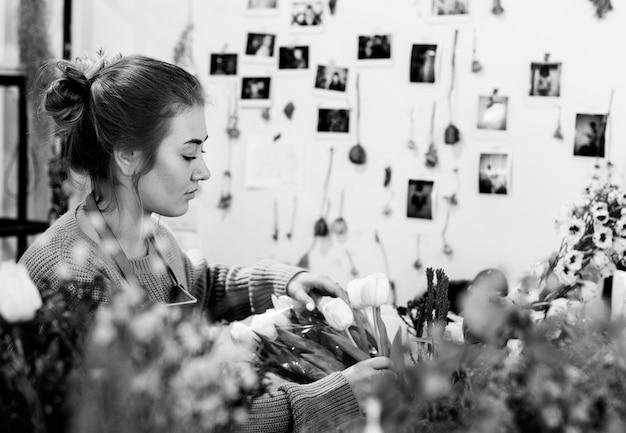 Kobieta pracuje w kwiaciarni