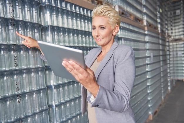 Kobieta pracuje w magazynie