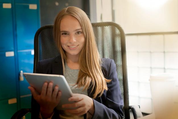 Kobieta pracuje w nowoczesnym biurze uruchamiania