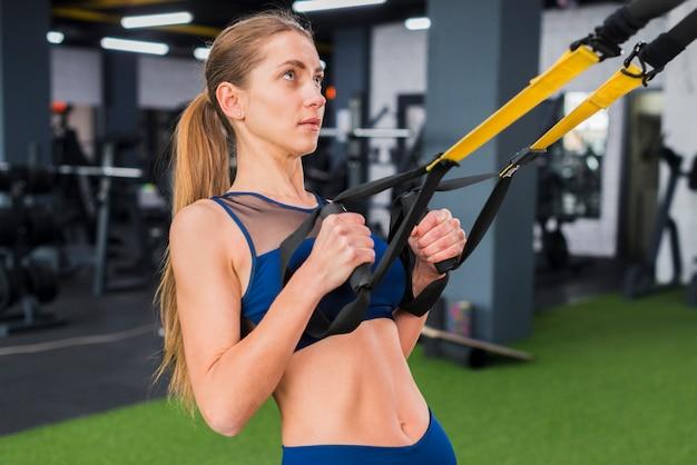 Kobieta pracuje w siłowni