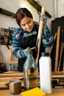 Kobieta pracuje w warsztacie