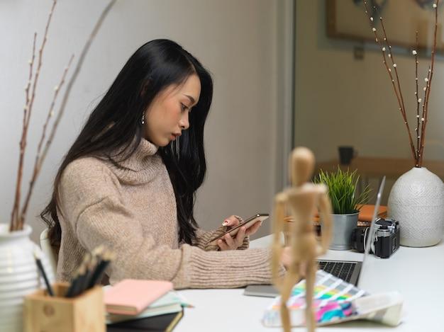 Kobieta pracuje z cyfrowym tabletem