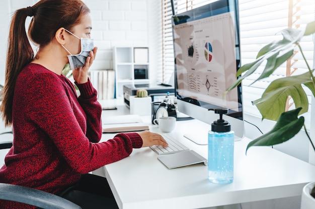 Kobieta Pracuje Z Komputerem Jest Ubranym Ochronną Maskę Premium Zdjęcia
