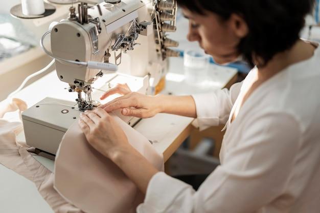 Kobieta pracuje z maszyną do szycia