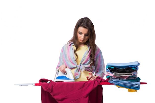Kobieta prasowania odzieży na białym tle