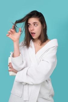 Kobieta problem wypadania włosów dla zdrowia szampon do pielęgnacji włosów. koncepcja łysienia.