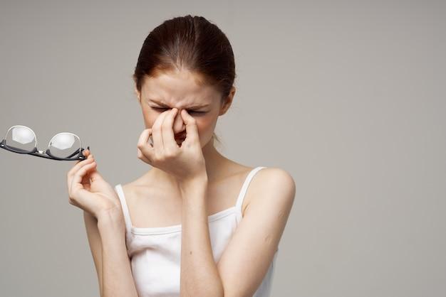 Kobieta problemy ze wzrokiem krótkowzroczność na białym tle. zdjęcie wysokiej jakości